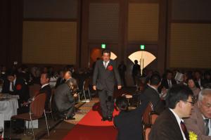 日本優秀鳩舎賞に選ばれ、1月7日に行われた総合表彰式にて「栄光のレッドカーペット」の上を歩いた小川氏。