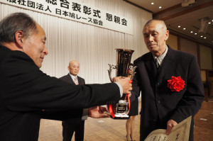 今年の鳩協総合表彰式で衆議院議長賞全国最高分速の表彰を受ける植木清三郎氏(右)