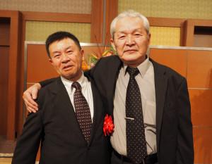 今年1月に行われた鳩協・総合表彰式に出席した吉田憲二氏(左)。先輩の浅野文男氏と共に受賞の喜びをわかちあった。